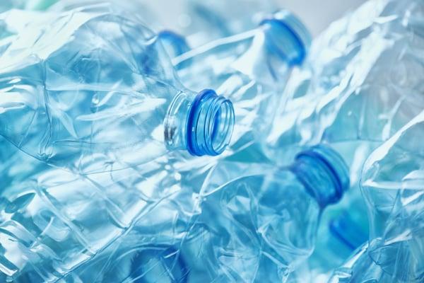 Plastikflaschen können zu Polyester recycled werden