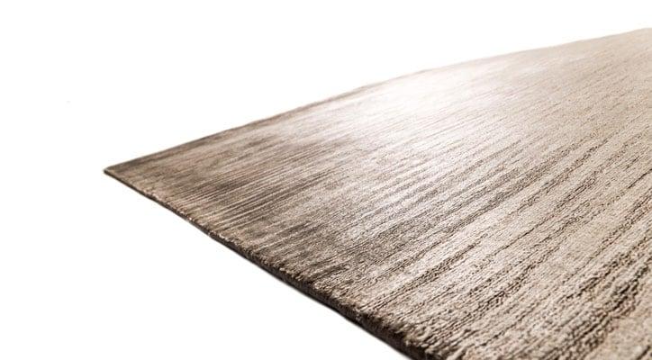 glänzender teppich braun