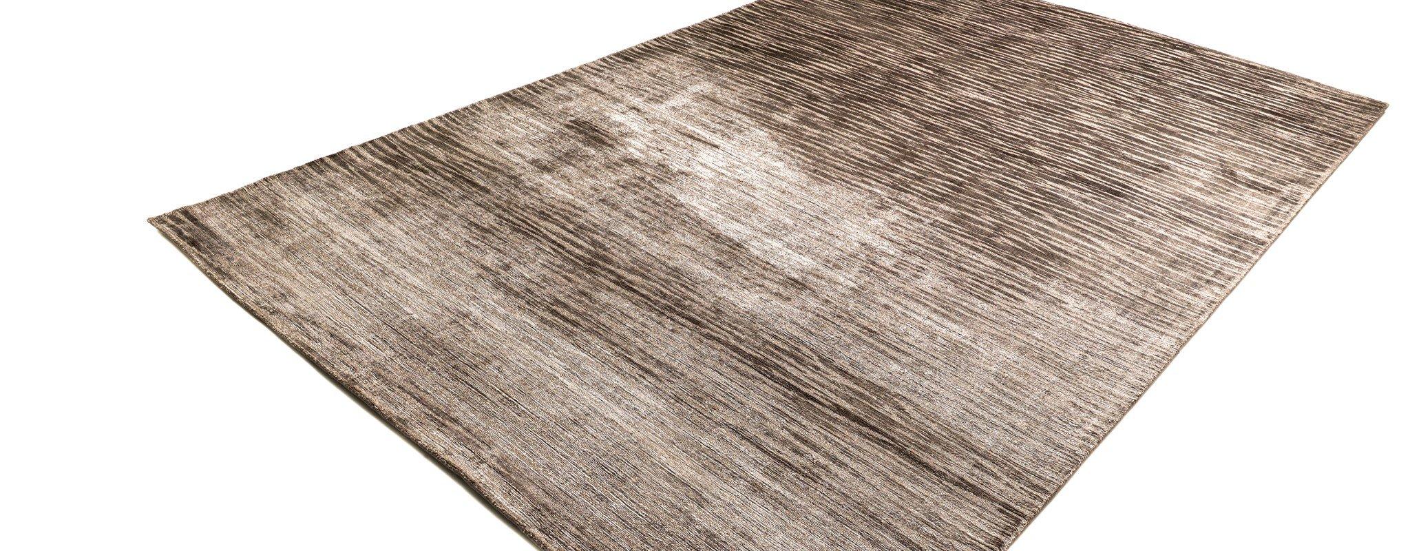 glänzender teppich mit streifenstruktur