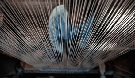 Knüpfrahmen mit aufgespannter Kette zum Teppichknüpfen von Hand