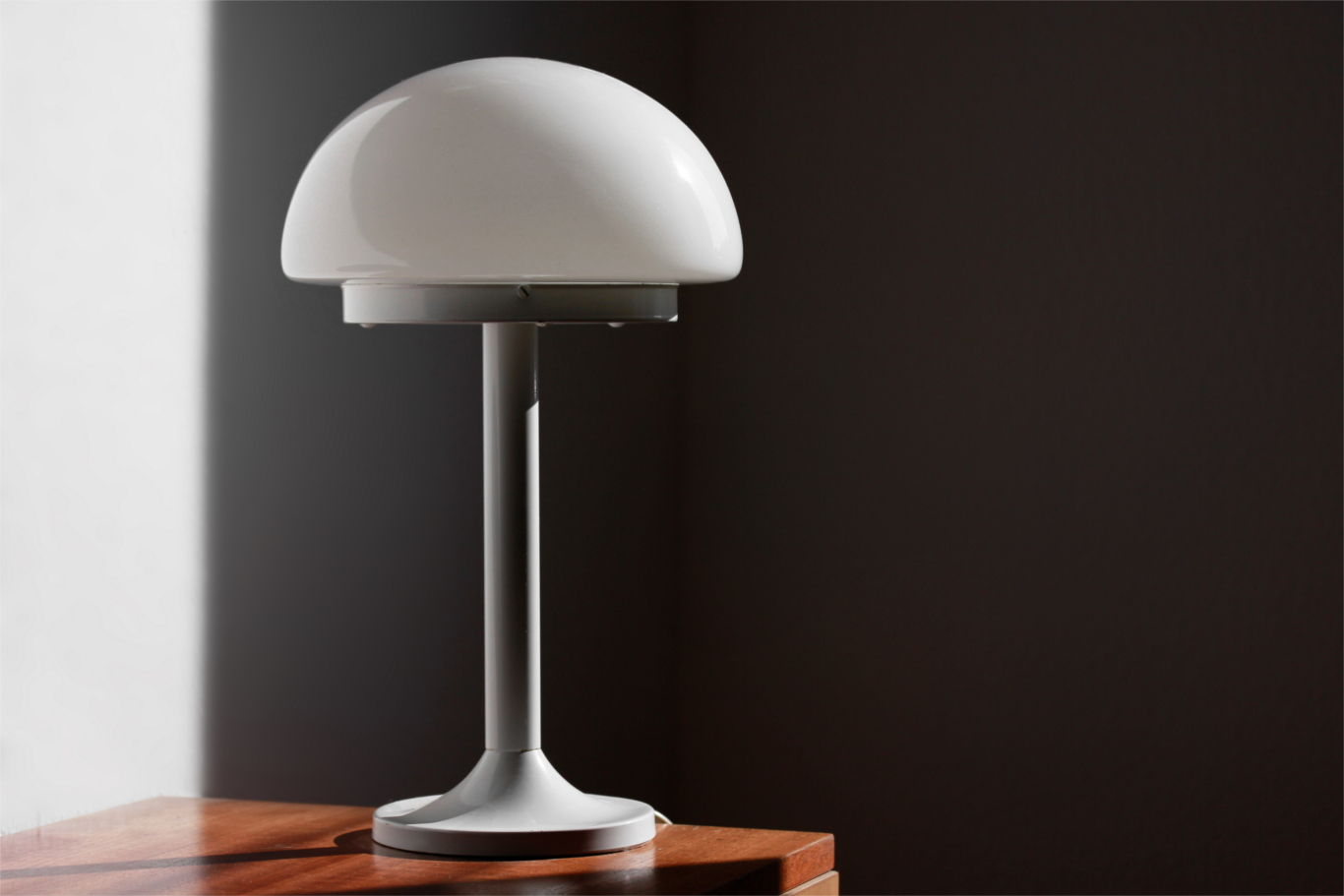 Bauhaus style modern desk lamp with mushroom shape spaceage vintage midcentury design white